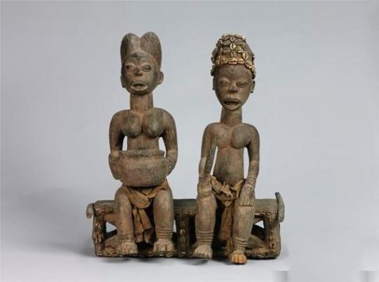 木雕《端坐的酋长夫妇》,来自喀麦隆的班戈瓦族   公元1413年南京,第一个寒潮到来,郑和率领船队浩浩荡荡从南京龙江关出发。这次海航,郑和船队一直到达了麻林国(今肯尼亚马林迪)……通过这些官方使节的相互访问,进一步发展了中非的文化和物资交流。非洲从中国输入磁器、锦缎、漆器等特产;中国从非洲输入了乳香、象牙、犀角等珍贵产品以及幼象、斑马、鸵鸟等珍禽异兽。这些友好往来,进一步促进了双方的相互了解,进一步丰富了中国史书中关于非洲的记载。   中新网北京5月31日电 (记者 应妮)&