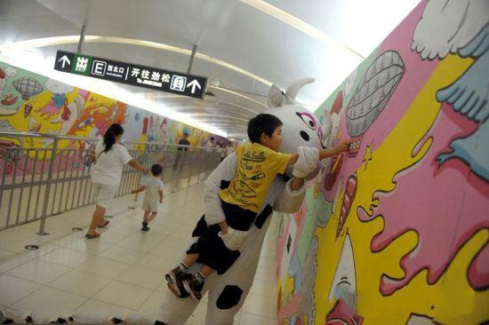 巨幅彩绘亮相北京地铁站