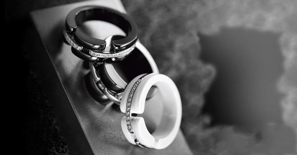 """香奈儿(Chanel)Ultra珠宝系列   香奈儿的产品种类繁多,有服装、珠宝饰品及其配件、化妆品、香水,每一种产品都闻名遐迩,它已经成为一种时尚界的骄傲,也是这个地球上女人最想拥有的品牌!香奈儿(Chanel)Ultra珠宝系列再添创意新品,黑与白完美结合,优雅的手部特写,香奈儿经典时装的映衬,Ultra系列既柔美婉约,又充满力量,尽显十足女人味。   """"我常说黑色包容一切,白色亦然。它们的美无懈可击,绝对和谐。""""香奈儿女士曾说。   Ultra系列游走在柔和刚之间,以其造型美学"""