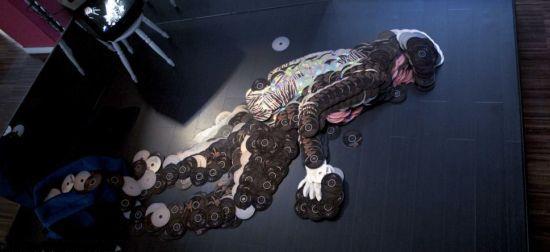 意大利艺术家用盗版光盘创作猫王杰克逊人像
