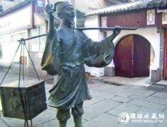 南京夫子庙卖货郎铜雕塑遭损坏