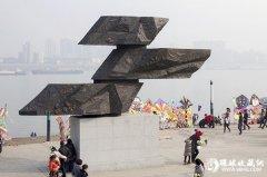 标志性雕塑《逝水》成武汉江滩新