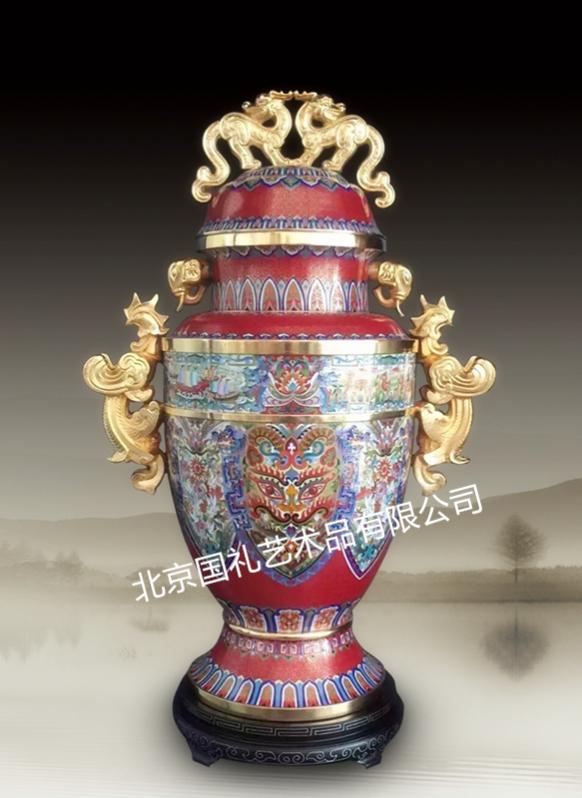 """据报道,由北京国礼艺术品有限公司出品,计划将景泰蓝""""和平尊""""面向社会公开限量发行。即将发行的景泰蓝""""和平尊""""分两种规格,一种为净高168厘米,全球限量发行70套;另一种同比例缩小,净高42厘米,全球限量发行2015套,具有极高的纪念意义和收藏价值。由国家文化部、国家文物局、国家博物馆授权组建的北京国博文物鉴定中心对该艺术品进行鉴定,并出具可在官方网站可查询的鉴定证书。 即将面向社会发行的景泰蓝""""和平尊"""",以中国古代青铜器中的&ldq"""