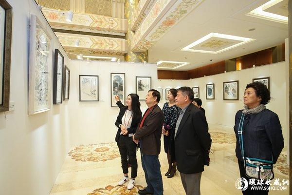 与会嘉宾参观文艺复兴极限馆藏级版画