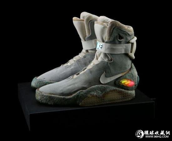 耐克前卫的小飞侠靴子,迈克尔・J・福克斯在1989年上映的《回到未来2》中穿过。预计成交价为2.8万至3.8万欧元。